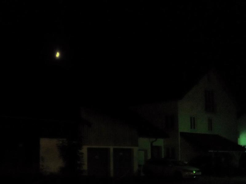 Herbstliche Mondsichel über Schwindegg in Oberbayern