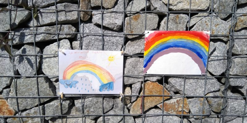 Regenbogen-Hoffnungsbilder von Kindern in Erkner (Brandenburg)