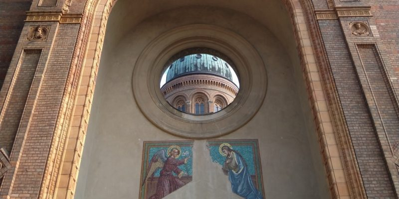Verkündigungs-Szene an der Fassade von St. Michael Berlin Mitte