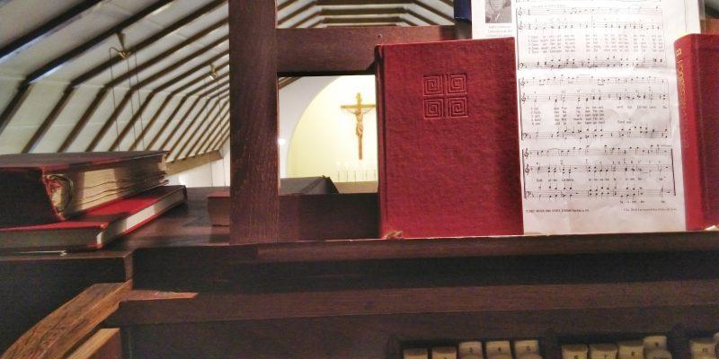 Blick vom Spieltisch der Orgel auf den Altarbereich von St. Johannes Evangelist in Berlin Französisch Buchholz