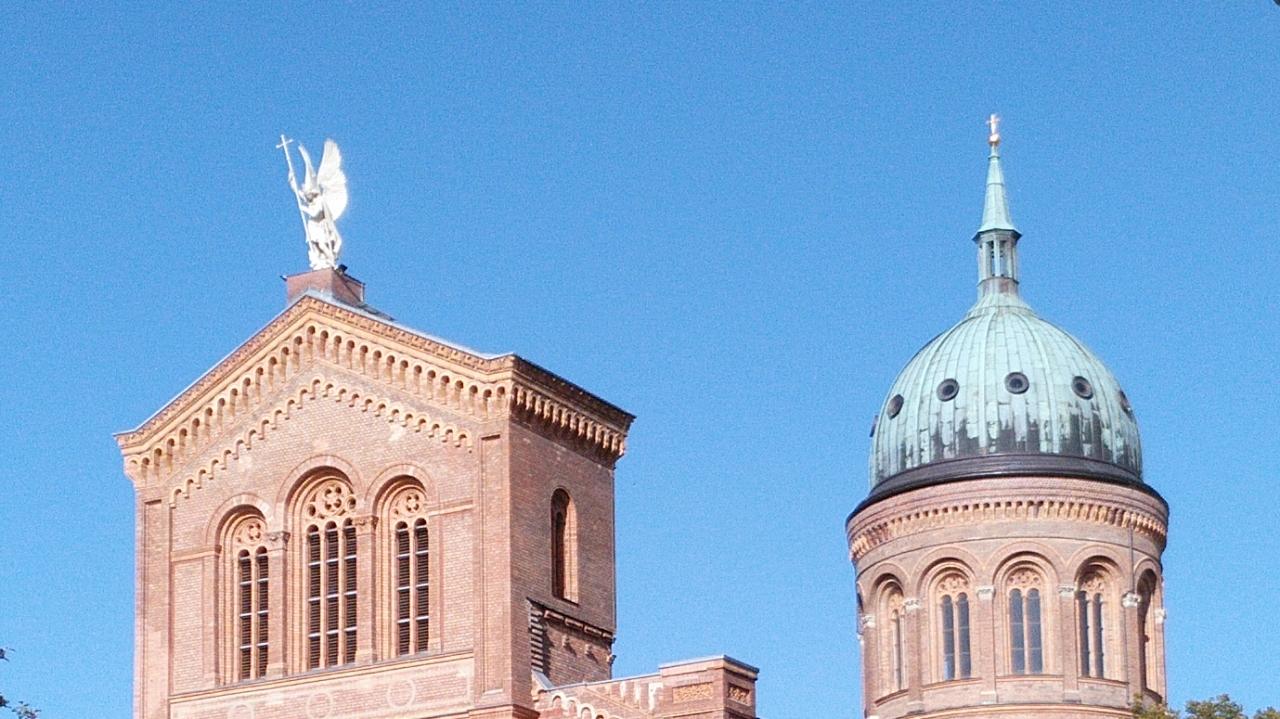 Süd-Giebel und Querschiff-Kuppel von St. Michael Berlin Mitte