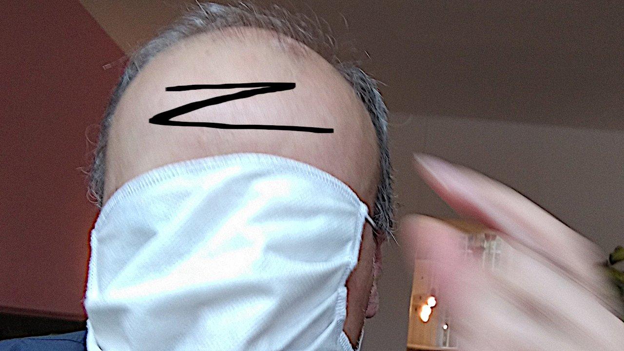 Maskierter Organist mit schwarzem Z auf der Stirn