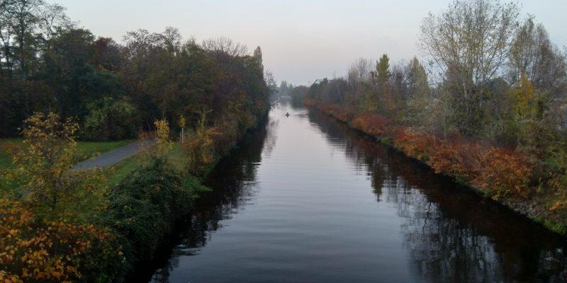 Einsamer Boot-Fahrer auf Berliner Kanal