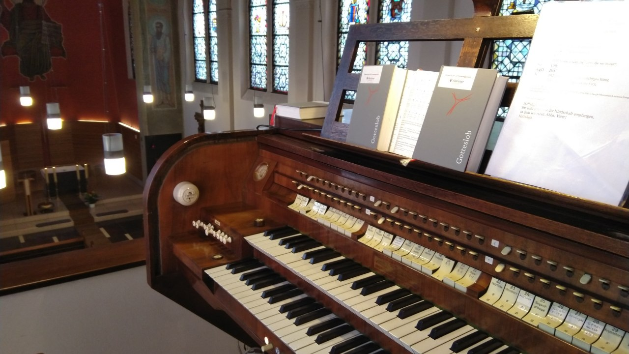 Spieltisch der Klais-Orgel in der Kirche des St. Joseph-Krankenhauses in Berlin Weißensee (Alexianer-Krankenhaus)