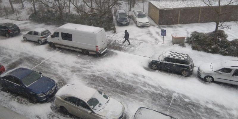 Verschneite Straße am Sonntagmorgen