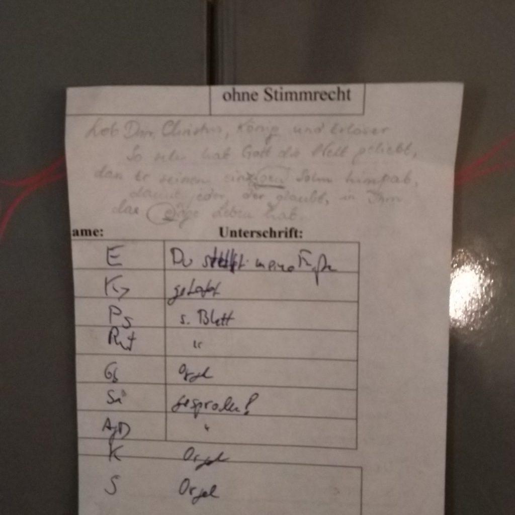 """Kirchenlied-Plan auf zweckentfremdetem Stimmzettel mit der Beschriftung """"ohne Stimmrecht"""""""